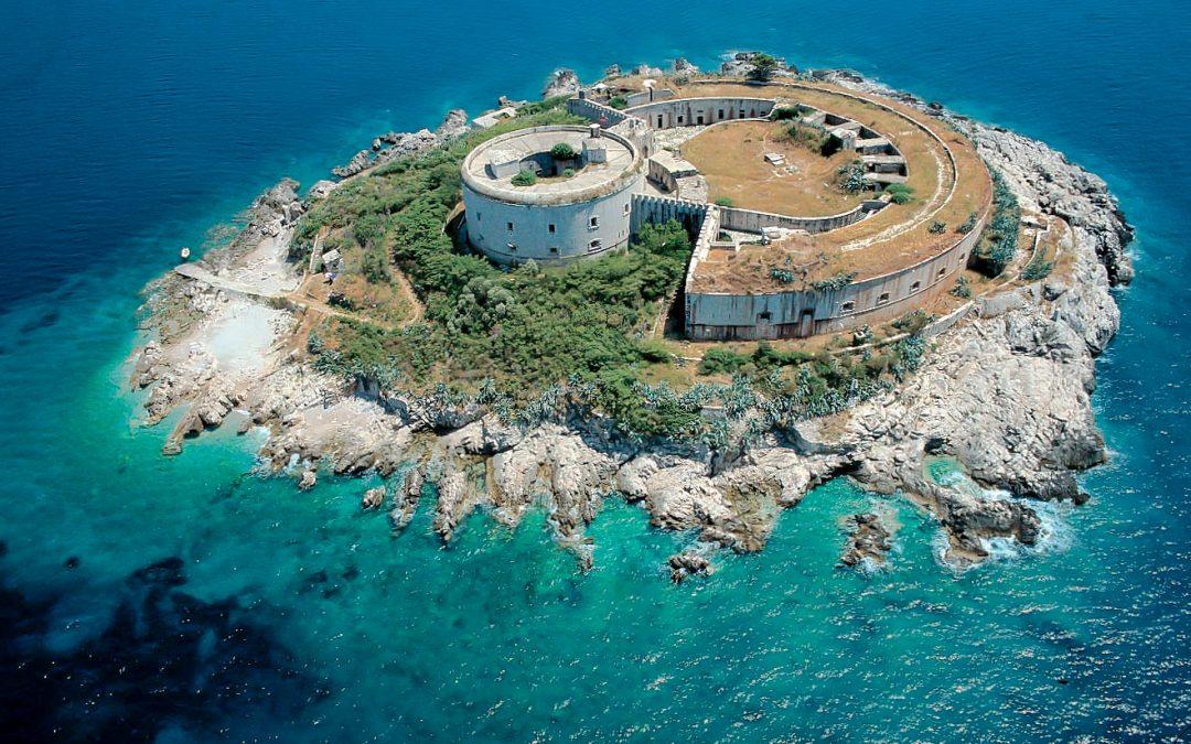 Luftaufnahme zeigt die kreisrunde Insel Mamula und die Befestigungsanlage aus dem 19. Jahrhundert